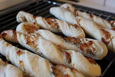 Oste grissinis med salt, timian og oregano