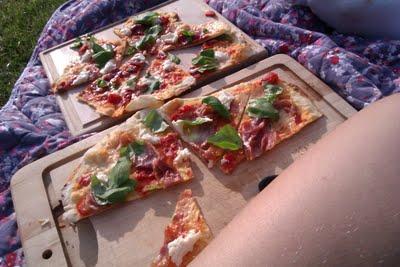Sprød pizza med tynd bund   Verdens bedste pizzadej
