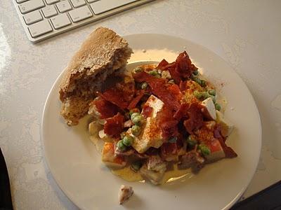 Hønsesalat med æble, ærter og bacon