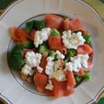 Laksesalat med broccoli og marinerede kikærter