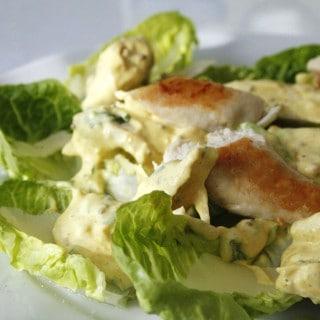 Kyllingesalat med karry- og basilikumdressing