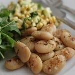 Frisk majssalsa med krydderstegte butterbeans