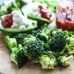 Broccoli/avocado-salat med ribsdressing
