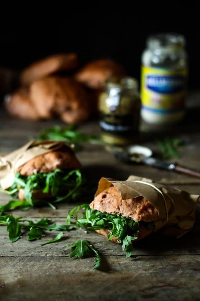 Grove brød med rødbedepesto og saltede mandler