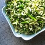Forårssalat med asparges, spidskål og ærter