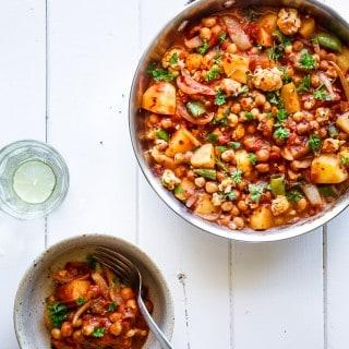 Vegetarisk curry med blomkål, kartofler og kikærter - opskrift - vegetarmad