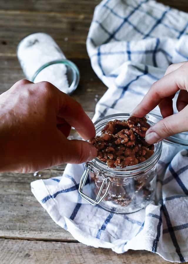 nøddebrud - karamel - snack med nødder - opskrift