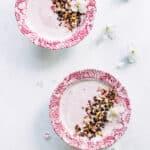 koldskål med rabarber og rugrbrødsdrys - opskrift på hjemmelavet koldskål