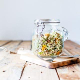 Lun salat med perlebyg, butternutsquash, rosenkål og tahinidressing