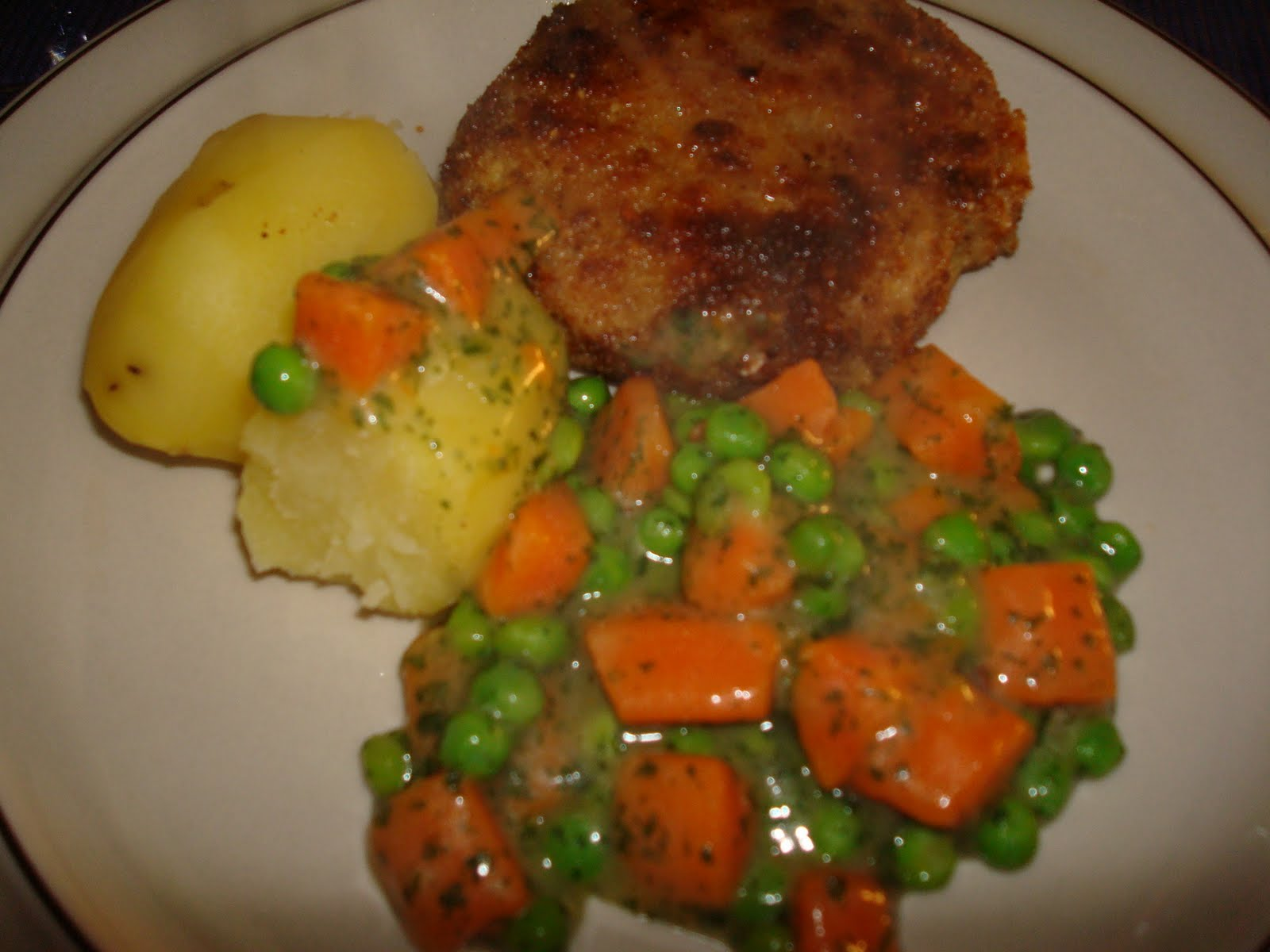 Karbonader med grønærter og gulerødder