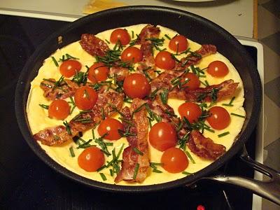 Klassisk æggekage med tomat, bacon og ristet rugbrød