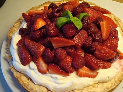 Mandelkage-med-flødeskum-og-røde-bær