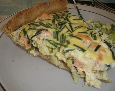 laksetaerte-med-hvide-aspargs-porrer-og-purloeg