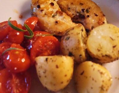 rosmarinmarineret-kylling-med-ovnbagte-krydderurte-kartofler-og-tomater