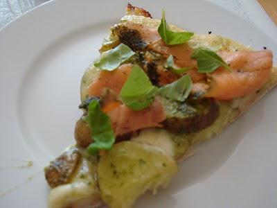 kartoffelpizza-med-pesto-gedeost-og-laks