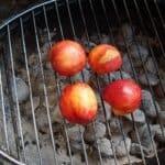 Grillede nektariner med marcipan og mandelflager
