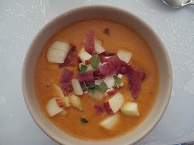 Lynhurtig tomatsuppe med æble og bacon