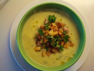 Kartoffel-porresuppe med persille, stegte kødboller og sprøde kartoffeltern
