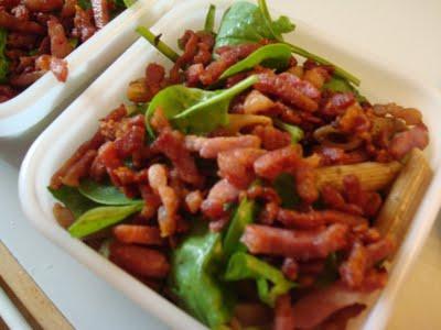Marineret pastasalat med krydret dressing og bacon