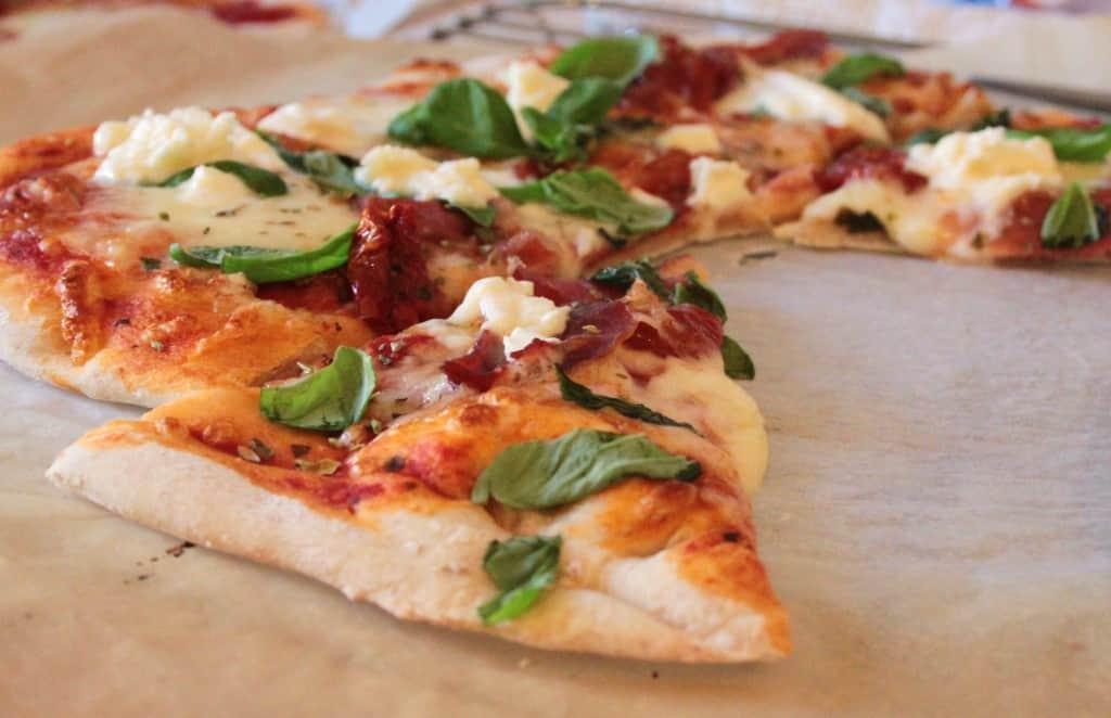 Pizza med sprød tynd bund