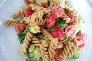 Pasta broccolisalat med karrydressing, bacon og pinjekerner