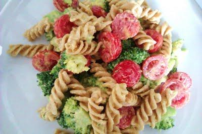 Pasta/broccolisalat med karrydressing, bacon og pinjekerner