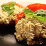 Fyldte peberfrugter med bønner og feta