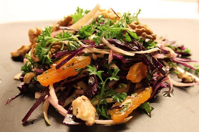 Rødkål og hvidkålssalat med abrikoser, valnødder og persille