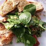 Spinatsalat med kerner, estragon og kylling