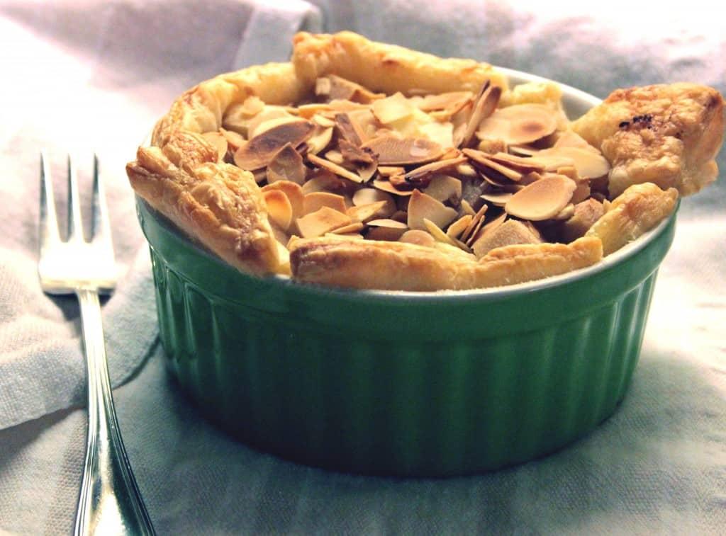 Pæretærter med butterdej, marcipancreme og mandler