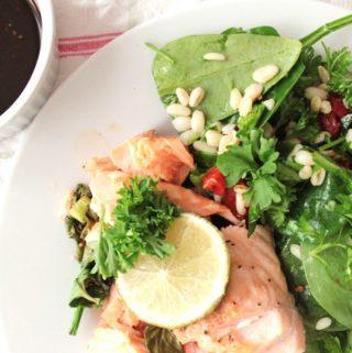 Soyabagt laks med grøn salat med hvedekerner