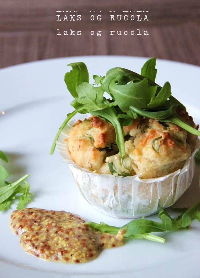 Sunde madmuffins med laks og rucola – serveret med grov sennepsdressing