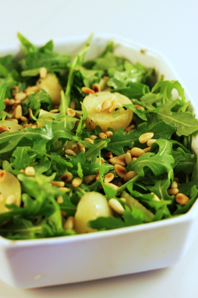 Grøn kartoffelsalat – med rucola, pinjekerner og nigellafrø