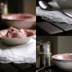 Yoghurtis med rabarber og chokolade – en let, men syndig mundfuld