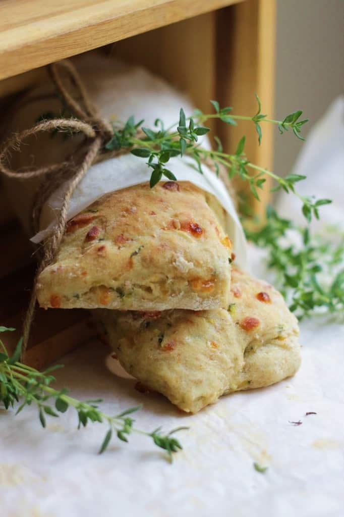 Saftige frokostbrød med squash, ost og frisk timian