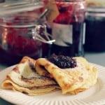 Klassiske pandekager – med hjemmelavet brombærmarmelade