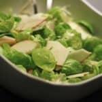 Rosenkålsalat med æble og peberrod
