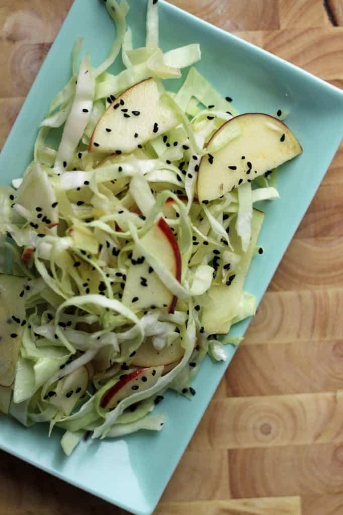 Spidskålssalat med æble og nigellafrø