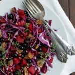 Rødkål rødbedesalat med solbær, granatæble og timian