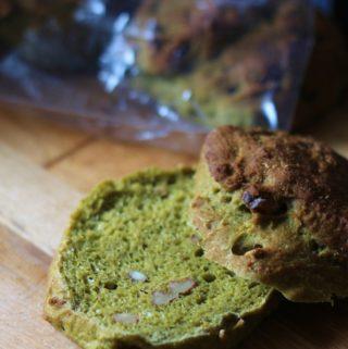 Sunde spinatjuice-brød med skyr og valnødder