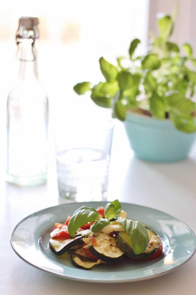 Italiensk fad med tomat, squash og serrano