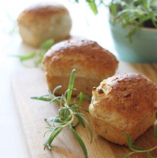 Grove brød med brus, feta og friske krydderurter