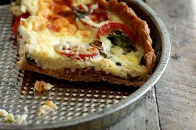 tomattaerte-med-serranoskinke-og-graesk-yoghurt