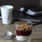 Hindbær/solbær-kompot – med græsk yoghurt og nødde-granola