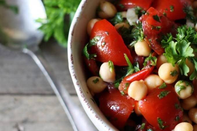 Kikærtesalat med tomater og persille