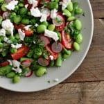 Aspargessalat med edamamebønner, radiser og tomater