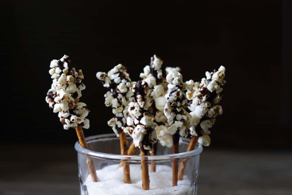 Chokolade-saltstænger med popcorn – den fineste snack