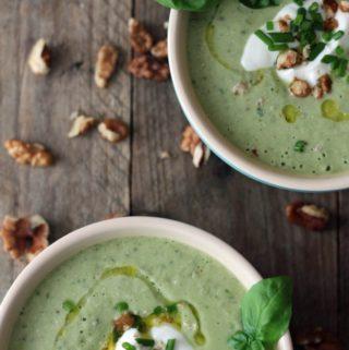 Kold agurk avocado-suppe med valnødder og skyr