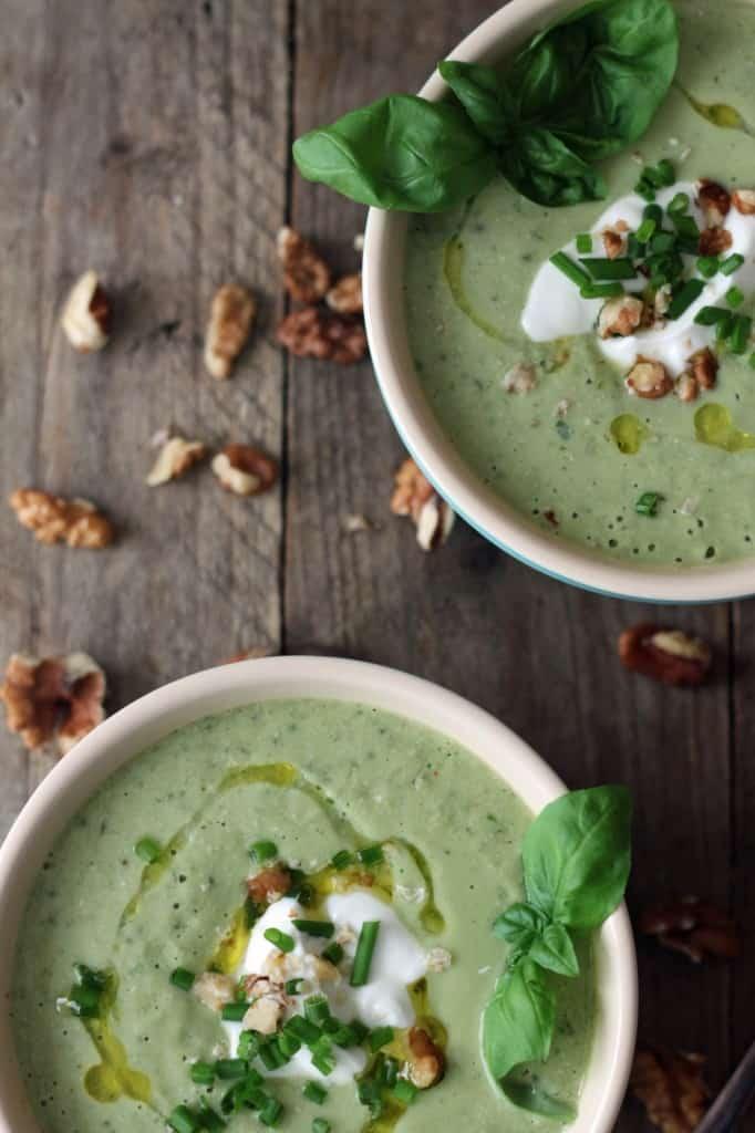 Kold agurk/avocado-suppe med valnødder og skyr