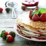 Pandekage-lagkage med jordbær hindbær og flødeskum